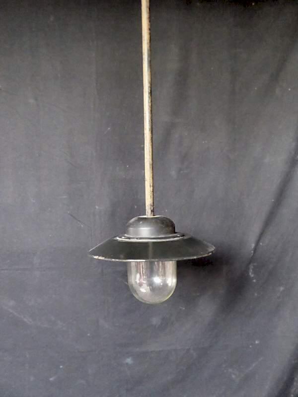 Pendelleuchte Mit Metallschirm Und Glaszylinder Im Industriedesign