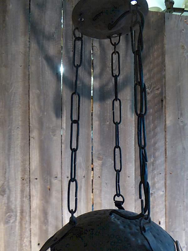 h ngeleuchte aus schmiedeeisen mit art deco einfluss. Black Bedroom Furniture Sets. Home Design Ideas