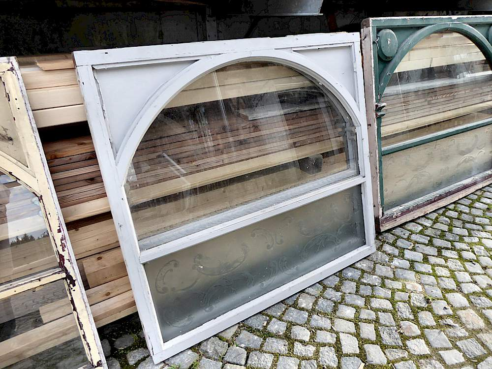 antike schaufenster oder barfenster mit s ulenrahmen glasbogen und tzglas. Black Bedroom Furniture Sets. Home Design Ideas