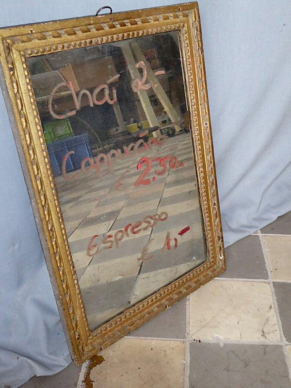 Antiker Spiegel in verziertem Goldrahmen