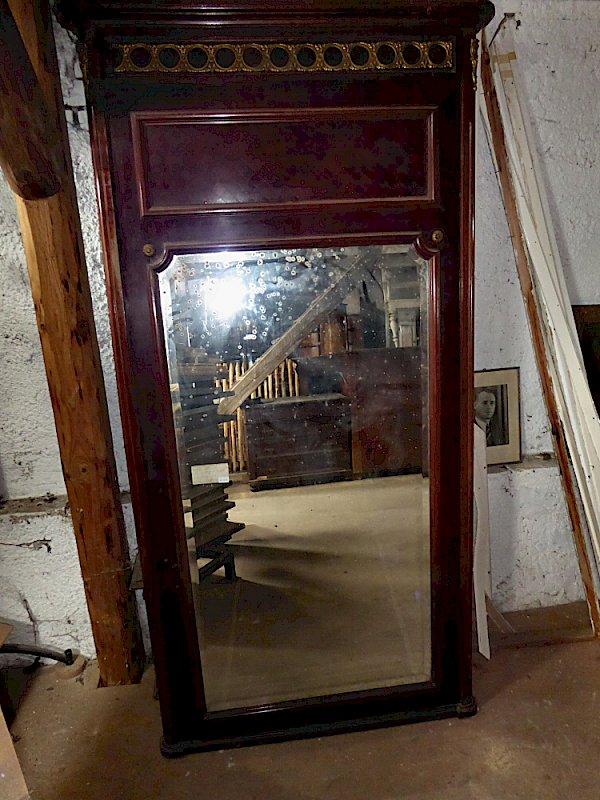 hoher wandspiegel antik mit intarsienarbeit und messingzierwerk. Black Bedroom Furniture Sets. Home Design Ideas