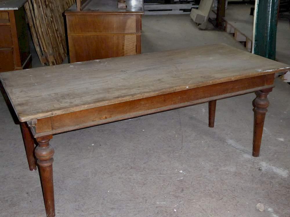 Langer Wirtshaustisch aus Holz auf Couchtischhöhe mit kurzen Beinen