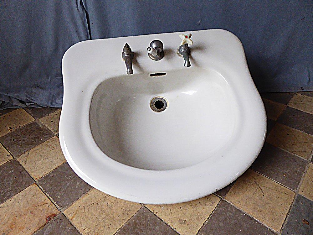 keramikwaschbecken mit abgerundetem kanten und historischen armaturen. Black Bedroom Furniture Sets. Home Design Ideas