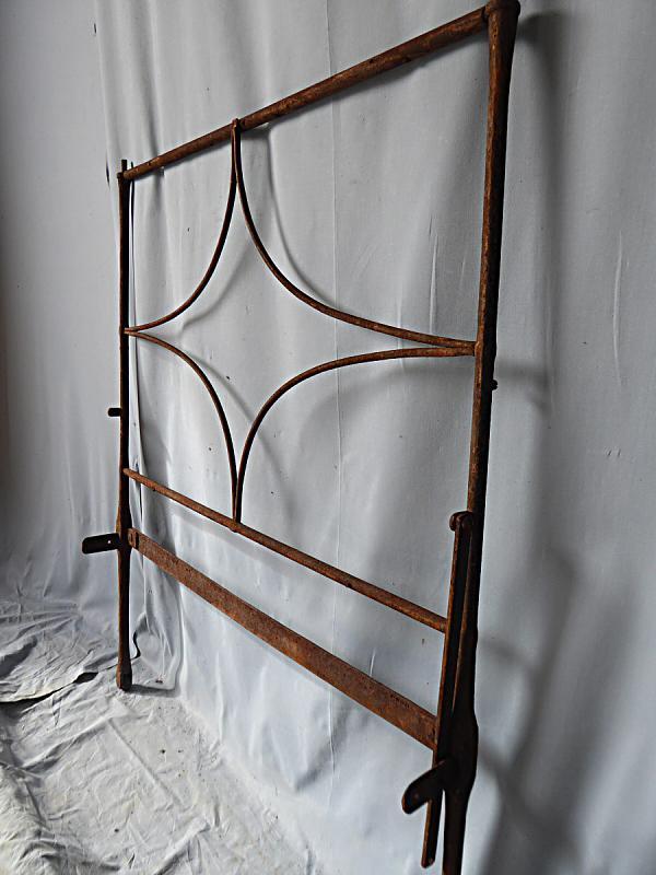 Altes Bettgestell aus Schmiedeeisen zur Dekoration in Wohnung und Garten