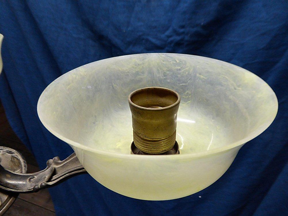 Plafoniere Messing : Antiker kronleuchter aus messing mit drei feinen schalen glas